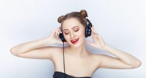 Bloße Schultertat der jungen hübschen Brötchenfrisur des Makes-up der Frau modischen hellen roten Lippender Affe mit großen DJ-Ko Lizenzfreies Stockfoto