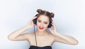 Bloße Schultertat der jungen hübschen Brötchenfrisur des Makes-up der Frau modischen hellen roten Lippender Affe mit großen DJ-Ko Stockbild