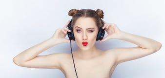 Bloße Schultertat der jungen hübschen Brötchenfrisur des Makes-up der Frau modischen hellen roten Lippender Affe mit großen DJ-Ko Stockfotografie
