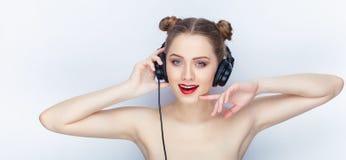 Bloße Schultertat der jungen hübschen Brötchenfrisur des Makes-up der Frau modischen hellen roten Lippender Affe mit großen DJ-Ko Lizenzfreies Stockbild