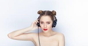 Bloße Schultertat der jungen hübschen Brötchenfrisur des Makes-up der Frau modischen hellen roten Lippender Affe mit großen DJ-Ko Stockfotos