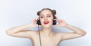 Bloße Schultertat der jungen hübschen Brötchenfrisur des Makes-up der Frau modischen hellen roten Lippender Affe mit großen DJ-Ko Lizenzfreie Stockbilder