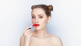 Bloße Schultertat der jungen hübschen Brötchenfrisur des Makes-up der Frau modischen hellen roten Lippender Affe mit weißem Studi Lizenzfreie Stockfotografie