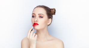 Bloße Schultertat der jungen hübschen Brötchenfrisur des Makes-up der Frau modischen hellen roten Lippender Affe mit weißem Studi Lizenzfreies Stockfoto