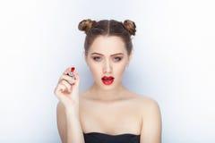 Bloße Schultertat der jungen hübschen Brötchenfrisur des Makes-up der Frau modischen hellen roten Lippender Affe mit weißem Studi Stockbild