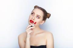 Bloße Schultertat der jungen hübschen Brötchenfrisur des Makes-up der Frau modischen hellen roten Lippender Affe mit weißem Studi Lizenzfreie Stockbilder