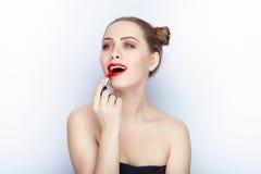 Bloße Schultertat der jungen hübschen Brötchenfrisur des Makes-up der Frau modischen hellen roten Lippender Affe mit weißem Studi Stockbilder