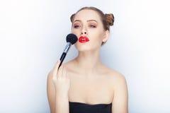 Bloße Schultertat der jungen hübschen Brötchenfrisur des Makes-up der Frau modischen hellen roten Lippender Affe mit weißem Studi Lizenzfreies Stockbild