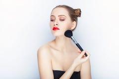 Bloße Schultertat der jungen hübschen Brötchenfrisur des Makes-up der Frau modischen hellen roten Lippender Affe mit weißem Studi Stockfotos