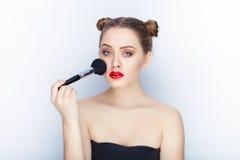 Bloße Schultertat der jungen hübschen Brötchenfrisur des Makes-up der Frau modischen hellen roten Lippender Affe mit weißem Studi Lizenzfreie Stockfotos
