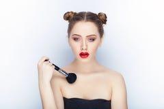 Bloße Schultertat der jungen hübschen Brötchenfrisur des Makes-up der Frau modischen hellen roten Lippender Affe mit weißem Studi Stockfotografie