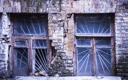 Bloße Ziegelsteine und zwei Fenster Stockfoto