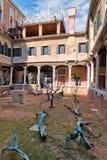 Bloßer Baum Art Installation im venetianischen Hof Lizenzfreie Stockbilder