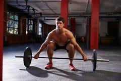 Bloßer Chested Mann in der Turnhalle, die sich vorbereitet, Gewichte anzuheben Stockfotos