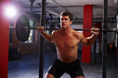 Bloßer Chested Mann in Turnhallen-anhebenden Gewichten Lizenzfreie Stockfotografie