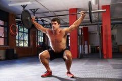 Bloßer Chested Mann in Turnhallen-anhebenden Gewichten Stockfotografie