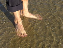 Bloßer Fuß im Sand Stockbilder