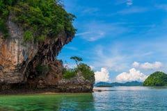 Bloßer hoher Felsen im Meer, schöner Meerblick an einem sonnigen Tag, T Stockfotografie