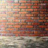 Bloßer konkreter Polierboden und Wand des roten Backsteins Lizenzfreies Stockfoto