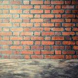 Bloßer konkreter Polierboden und Wand des roten Backsteins Lizenzfreie Stockbilder