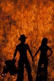 Bloßes Kleid der Schattenbildfrau teilen hinunter Cowboyfeuer aus Stockbilder