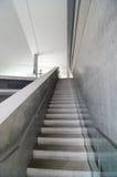 Bloßes konkretes Treppenhaus Stockfotografie