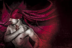 万圣夜、血液、可怕,男性吸血鬼有巨大的红色外套的和blo 免版税库存照片