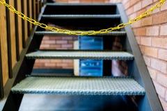 Bloc à chaînes jaune les escaliers images stock