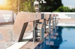 Bloc commençant de piscine photos stock