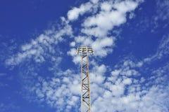 Bloc d'éclairage de stade de football avec le ciel bleu et les nuages Image libre de droits