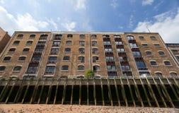 Bloc d'appartements dans les quartiers des docks. Londres. LE R-U Photos stock