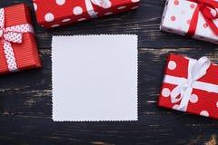 Bloc de divers boîte-cadeau rouges et blancs de point de polka au-dessus de minable Image libre de droits