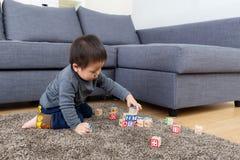 Bloc de jouet de jeu de bébé garçon de l'Asie photos stock