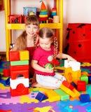 Bloc de pièce d'enfant et positionnement de construction. Image libre de droits