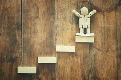 bloc en bois aranging empilant comme escaliers d'étape au-dessus de table en bois concept d'affaires et de croissance Photos stock
