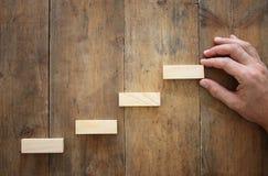 bloc en bois aranging empilant comme escaliers d'étape au-dessus de table en bois concept d'affaires et de croissance Images stock