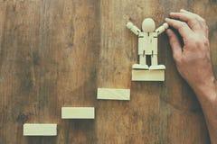 bloc en bois aranging empilant comme escaliers d'étape au-dessus de table en bois concept d'affaires et de croissance Image stock