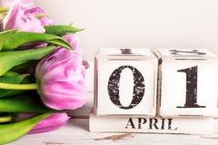 Bloc en bois avec la date du jour d'imbéciles, le 1er avril Image libre de droits