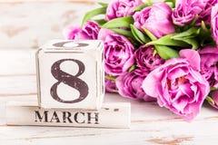 Bloc en bois avec la date du jour des femmes internationales, le 8 mars Image libre de droits