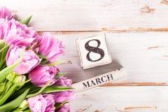 Bloc en bois avec la date du jour des femmes internationales, le 8 mars Photos libres de droits