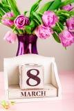 Bloc en bois avec la date du jour des femmes internationales, le 8 mars Image stock