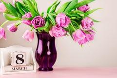 Bloc en bois avec la date du jour des femmes internationales, le 8 mars Photographie stock