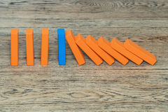 Bloc en bois bleu empêchant l'effet de domino Image stock