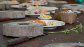 Bloc en bois de coupe et ingrédients sains pour un repas asiatique Photo stock