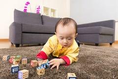 Bloc en bois de jouet de jeu chinois de bébé garçon image libre de droits