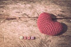 Bloc en bois des textes avec le coeur rouge pour l'amour Photos libres de droits