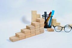 Bloc en bois empilant comme escalier d'?tape sur la table en bois Concept d'affaires pour le processus de succ?s de croissance av photographie stock