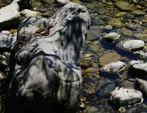 Bloc en pierre intéressant conçu avec le jeu d'ombre dans l'eau images stock