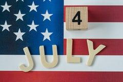 bloc et alphabet en bois comme le 4 juillet avec l'état uni f national Photographie stock libre de droits