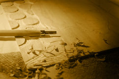 Bloc et burin de gravure sur bois photos stock